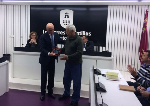 El Ayuntamiento torre+¦o homenajea a Pascual Mart+¡nez tras su jubilaci+¦n