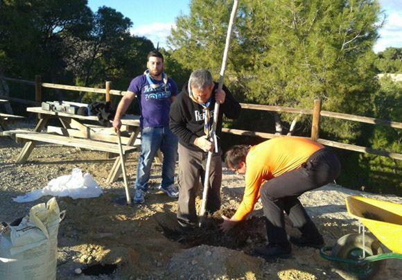 El grupo scout +ìtaca participa en la mejora del entorno del aula de la Naturaleza de Las Torres de Cotillas