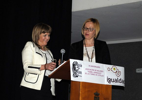 La asociaci+¦n de mujeres Isabel Gonz+ílez torre+¦a celebra su XX aniversario por todo lo alto