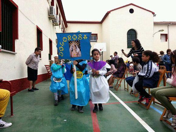 Los alumnos del colegio Divino Maestro torre+¦o sacan un a+¦o m+ís su procesi+¦n de los Pasitos
