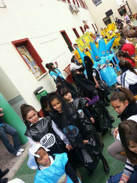 Los alumnos del colegio Divino Maestro torre+¦o sacan un a+¦o m+ís su procesi+¦n de los Pasitos3