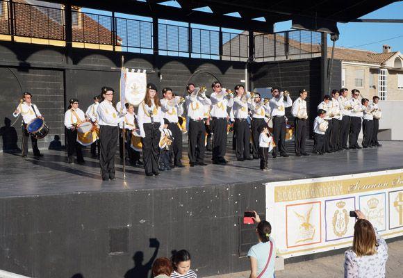 Los tambores y cornetas torre+¦os dan la bienvenida a la Semana Santa local7