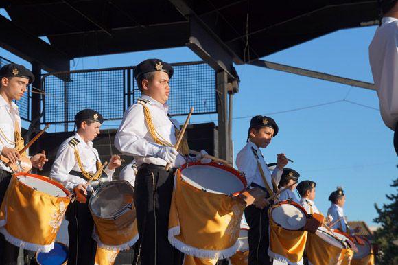 Los tambores y cornetas torre+¦os dan la bienvenida a la Semana Santa local8