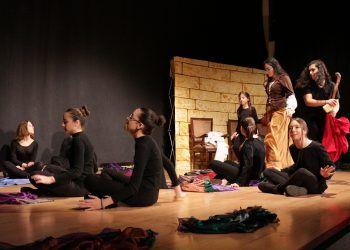 El grupo de teatro coeducativo inicia con una divertida obra las actividades para celebrar el 8 de marzo