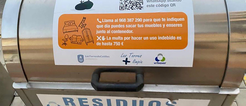 Vinilos informativos en los contenedores de Las Torres de Cotillas para facilitar el reciclaje