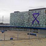 Un gran lazo lila luce ya en el Ayuntamiento torreño para conmemorar el Día Internacional contra la Violencia de Género