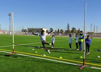 Cerca de 20 jóvenes torreños participan en un gymkana de atletismo en el polideportivo municipal6