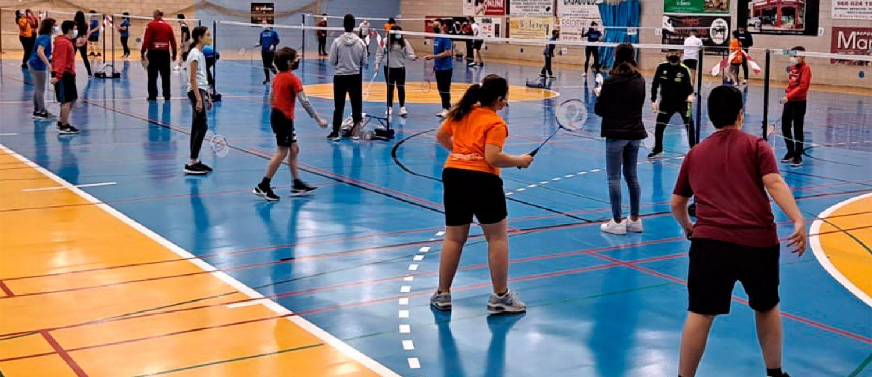 El pabellón Mireia Belmonte acoge la apertura del torneo interescuelas de bádminton